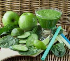 groene smoothie van spinazie, appel, komkommer en limoen foto