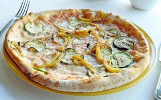 vegetarische pizza met aubergine en paprika foto