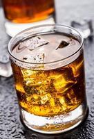 glas met alcoholische drank