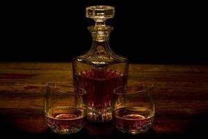 whisky in gebarsten glazen met karaf