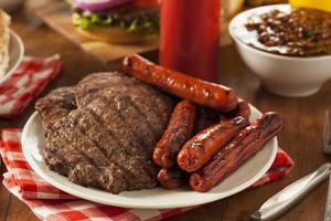 gegrilde hamburgers en hotdogs foto