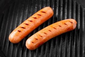 worstjes op een grill foto