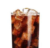 glas met ijsblokjes geïsoleerd op wit foto