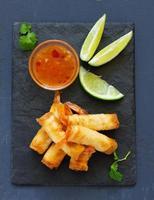 loempia's met garnalen met zoete chilisaus. Aziatische keuken. foto