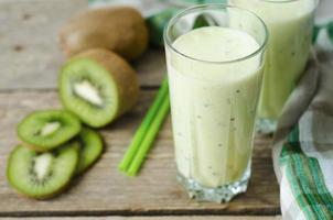 milkshake kiwi in een glas met rietjes foto