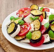 auberginesalade met tomaat en fetakaas foto