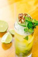 kleurrijke cocktail op tafel foto
