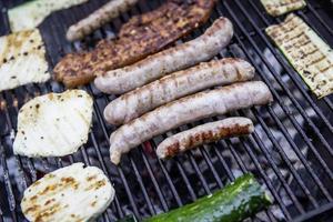 barbecue met biefstuk en courgette foto