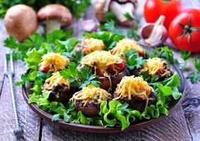 Champignons gevuld met groenten en spek, gebakken met kaas foto