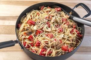 Linguine met kip, tomaat en basilicum foto