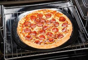 pepperoni pizza in de oven. foto