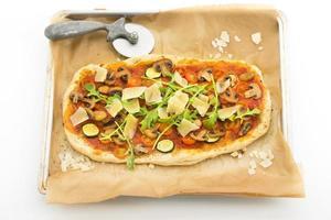 zelfgemaakte pizza op bakplaat foto