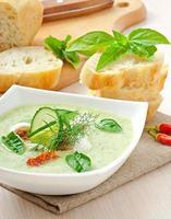 koude komkommersoep met gedroogde tomaten en mozzarella foto