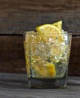 alcoholische drank met citroen en ijs foto
