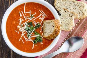 verse zelfgemaakte tomatensoep foto