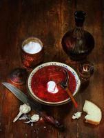 borsjt met wodka, knoflook en witbrood foto