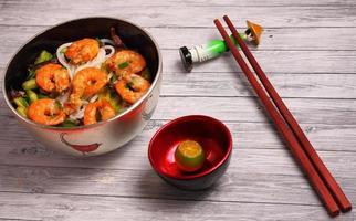 Vietnamese garnalen pho soep foto
