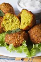 falafel met sla en tzatziki saus verticaal foto
