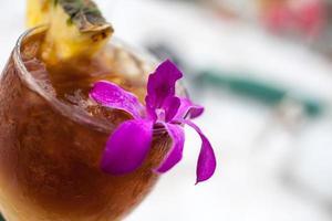 mai tai met ananas en orchidee foto