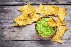 zelfgemaakte guacamole met maïs chips bovenaanzicht foto