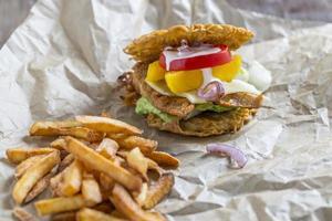 hamburger met ramen noodles foto