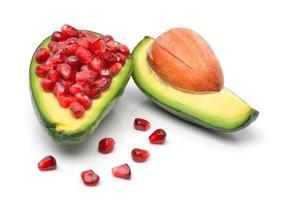 rijp geschilde avocado met granaatappelpitjes foto
