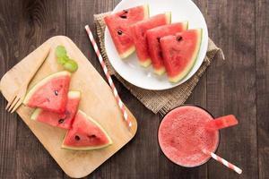 bovenaanzicht gezonde watermeloen smoothie op een houten achtergrond foto