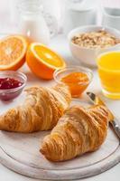 ontbijt met heerlijke franse croissants foto