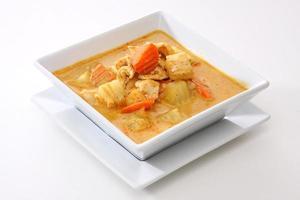 vierkante witte kom met kip curry