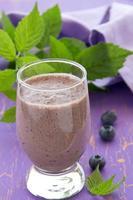 drink-bosbessen smoothie. selectieve aandacht. foto