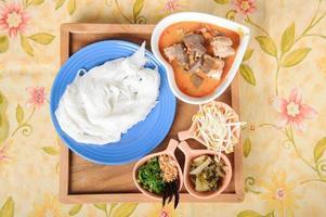 Thaise rijstnoedels met rode curry foto