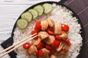 rijst met kip en teriyaki saus horizontale bovenaanzicht
