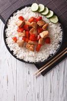 rijst met stukjes kip. verticaal bovenaanzicht