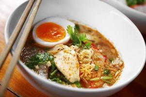 sluit omhoog Thaise kruidige varkensvleesnoedel