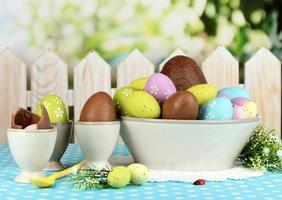 samenstelling van Pasen en chocolade-eieren op natuurlijke achtergrond foto