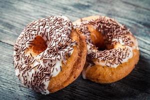 donuts met chocoladeglazuur foto