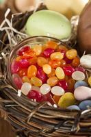 feestelijk Pasen-suikergoed in een mand foto