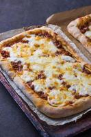 pizza met vlees op een houten bord foto