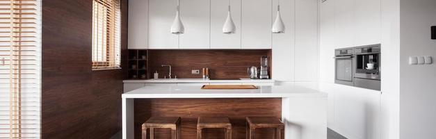 kookeiland in houten keuken foto