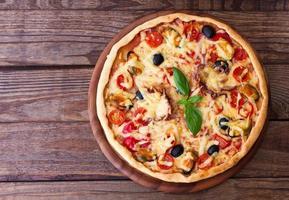 Italiaanse pizza met zeevruchten. bovenaanzicht foto