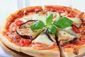 aubergine en kaas pizza foto