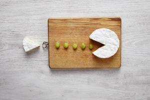 camembert, zachte kaas, uitgesneden als pacman foto