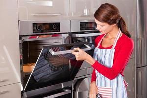 het controleren van de oven foto