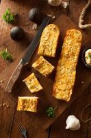 zelfgemaakt kaasachtig lookbrood