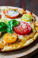pizza met tometoes en kaas foto