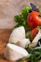 achtergrond van gemengde groenten met houten bord foto