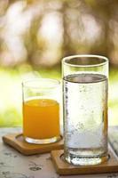 water en sinaasappelsap foto