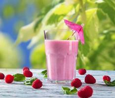 vers fruit milkshake op hout foto