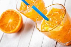 twee glazen sinaasappelsap foto