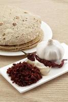 knoflook en kille chutney met roti, Indiaas eten foto